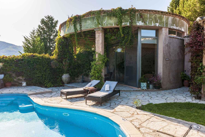βίλα με ιδιωτική πισίνα στην Ελλάδα,, ξαπλώστρες δίπλα στην πισίνα