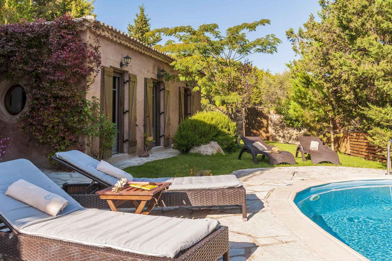 βίλα με ιδιωτική πισίνα για οικογένειες, ξαπλώστρες δίπλα στην πισίνα