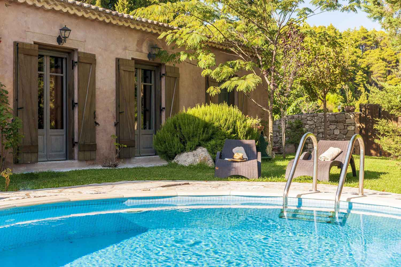 βίλα με ιδιωτική πισίνα στη Λευκάδα, υπέροχος κήπος με πισίνα
