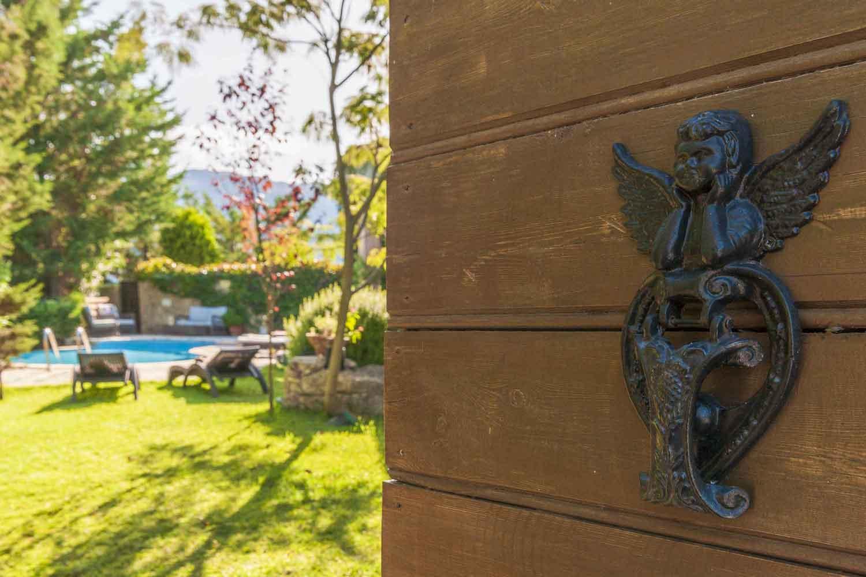βίλα με ιδιωτική πισίνα σε Ελληνικό νησί, υπέροχος κήπος με πισίνα
