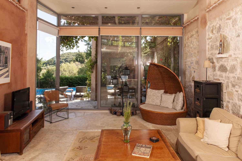 βίλα με ιδιωτική πισίνα για πολυτελείς διακοπές, ευρύχωρο σαλόνι