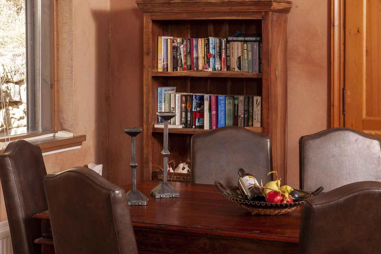 βίλα με ιδιωτική πισίνα, λεπτομέρειες τραπέζι της κουζίνας