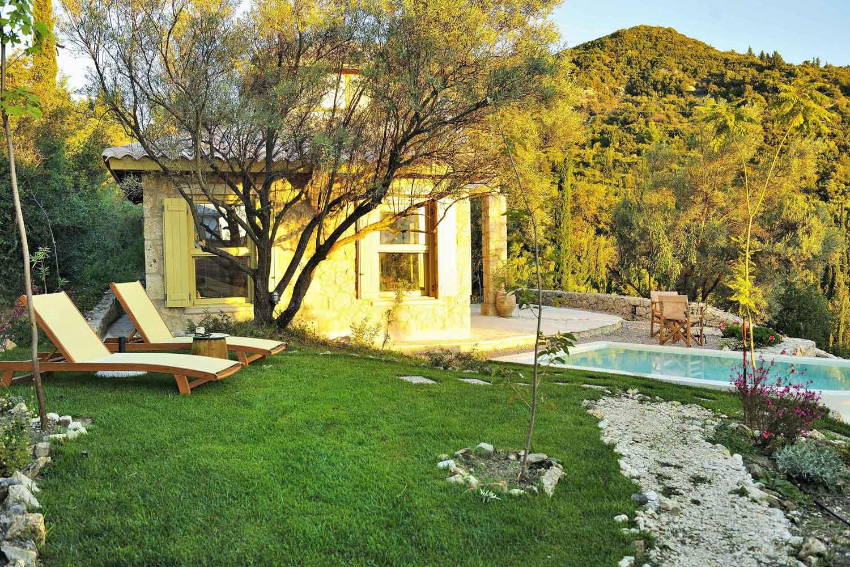 βίλα με ιδιωτική πισίνα στα Ιόνια νησιά, υπέροχος κήπος με πισίνα