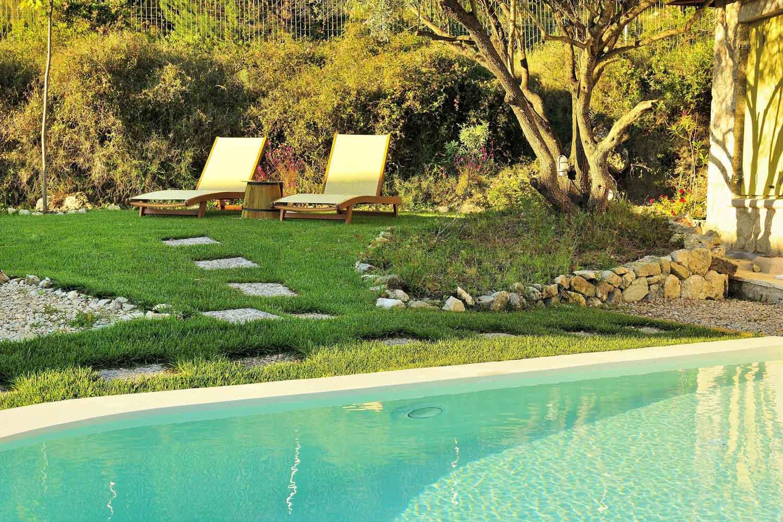 βίλα με ιδιωτική πισίνα για μήνα του μέλιτος, ξαπλώστρες δίπλα στην πισίνα