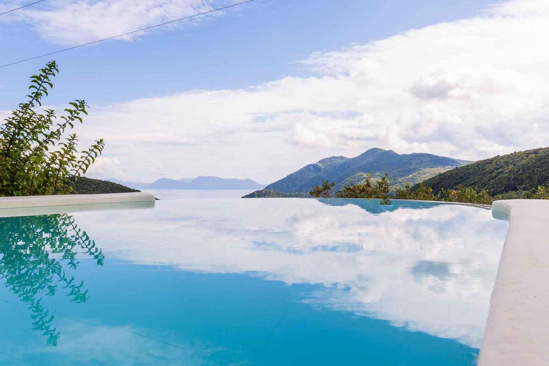 βίλα με ιδιωτική πισίνα στα Ιόνια νησιά, καταπληκτική θέα από την πισίνα