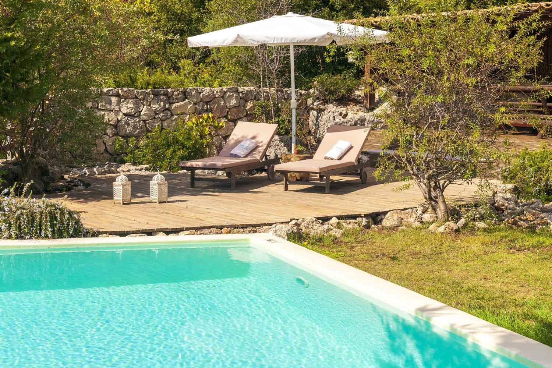 βίλα με ιδιωτική πισίνα για πολυτελείς διακοπές, άνετες ξαπλώστρες